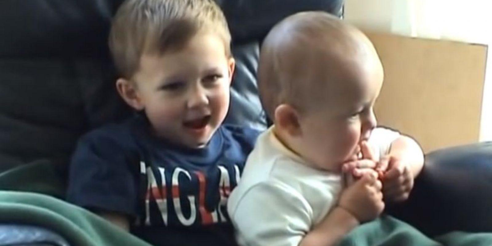 Los hermanos Harry y Charlie Blogging. Foto:YouTube