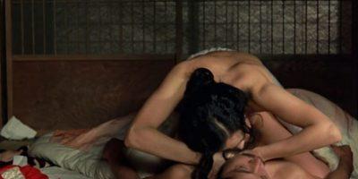 """La escena final de """"El Imperio de los Sentidos"""" (1976) Sada Abe y Kichizo Asida son dos amantes obsesionados el uno con el otro. Al final, él ya no puede empujar más y se """"rinde"""" ante su amante. Foto:Argos Films"""
