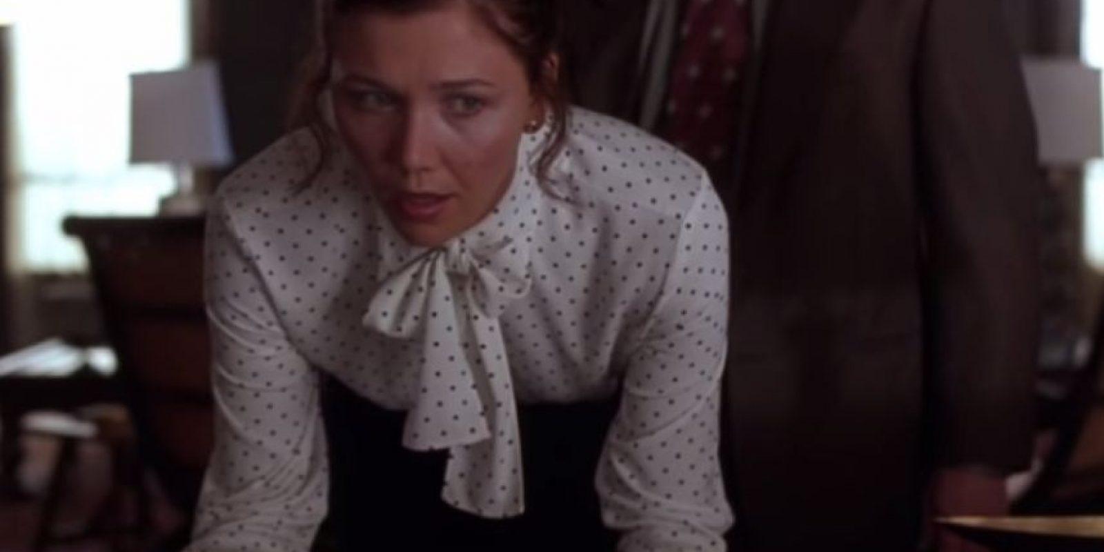 """Maggie Gyllenhaal se arrodilla en """"Secretary"""" (2002). Ella es una sumisa secretaria y enferma mental. También es reprimida sexualmente. Su jefe la obliga a arrodillarse y luego la golpea y ella se deja porque le fascina. Foto:LionsGate"""