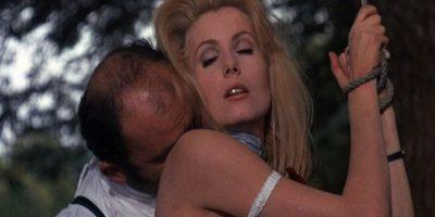 """Sometida en """"Bella de Noche"""" (1967) Catherine Deneuve es una mujer que finge ser una esposa formal, pero que trabaja de prostituta en las noches. Una de sus fantasías es ser violada, golpeada y sometida mientras su esposo mira. Foto:Allied Artists"""