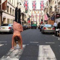 """Caminar es una tarea muy difícil de realizar. Parece fácil sólo porque nuestro cerebro es capaz de coordinar rápidamente nuestros músculos para permitirnos hacer un paso sin que se caiga"""", expuso el neurólogo Barry Seemungal del Hospital de Charing Cross en Londres. Foto:Vía Facebook/KatrinaLoveSenn"""