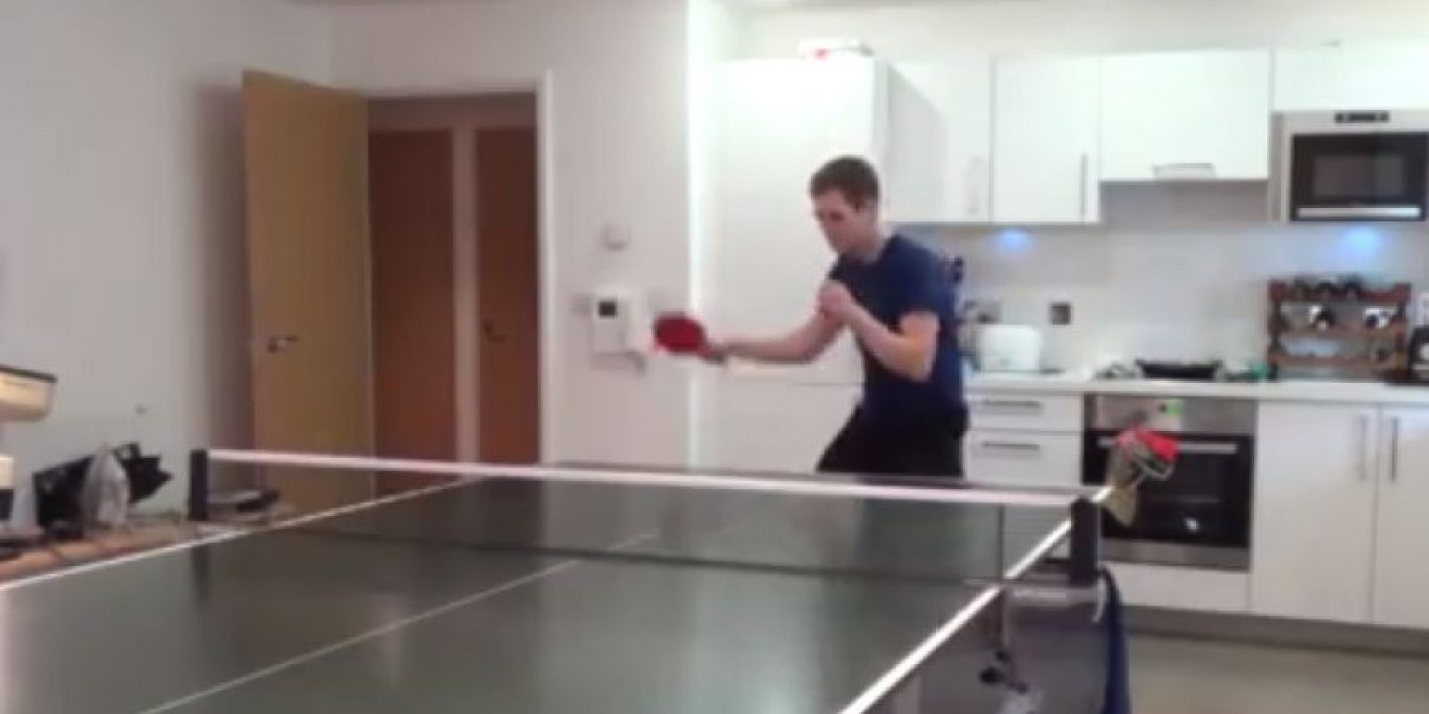 Él es Sam Priestley y durante un año entrenó diariamente tenis de mesa o pinpón Foto:www.youtube.com