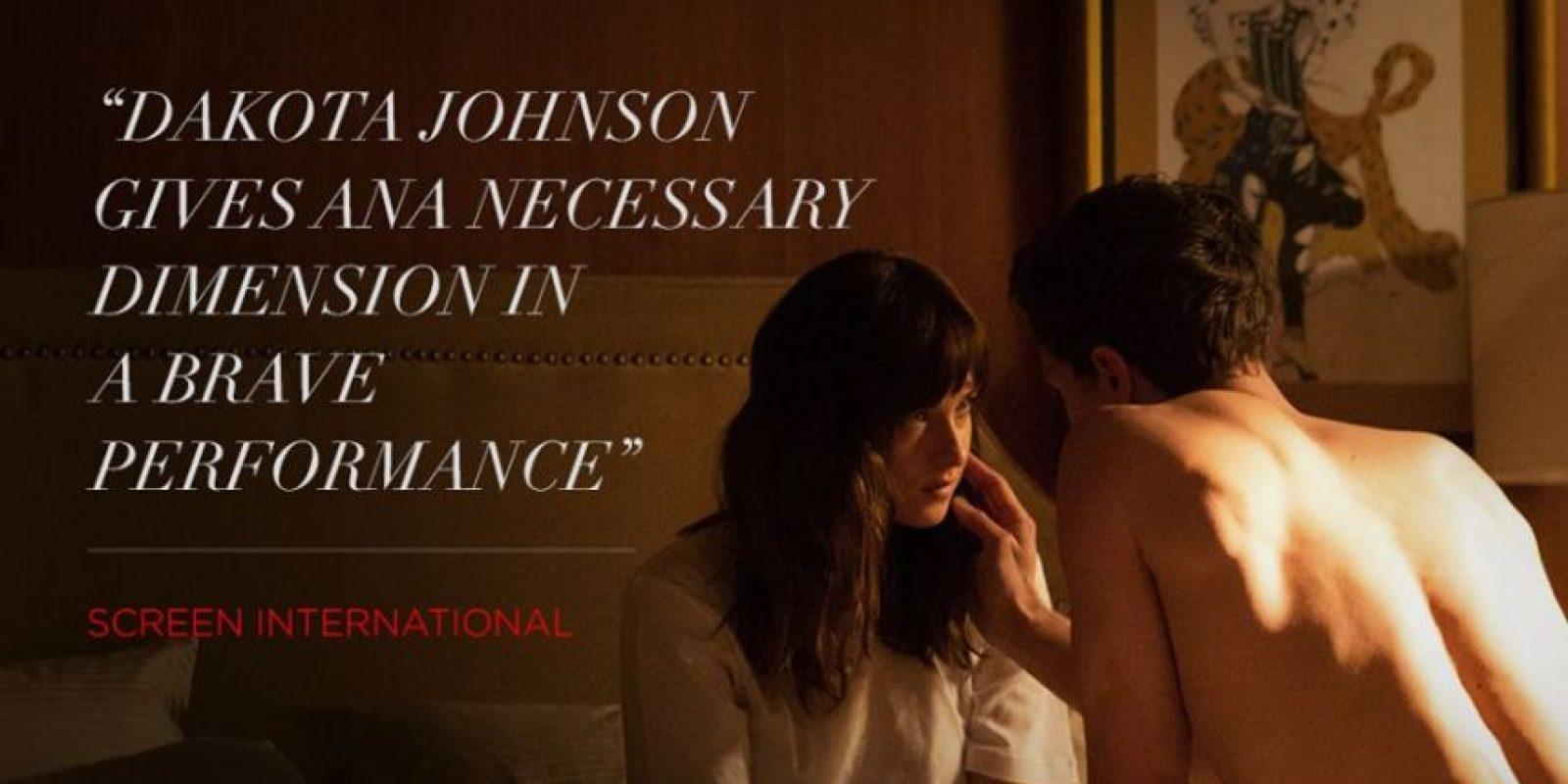 Es eternamente fascinada, en su sexualidad, por Christian Grey, sin tener opiniones propias ni deseos profundos. Está obnubilada y opacada por él. Foto:Facebook/FiftyShadesofGrey