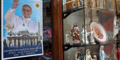 Pósters, cuadros, platos, rosarios son algunos de los objetos que tienen la figura de Francisco. Foto:Getty Images