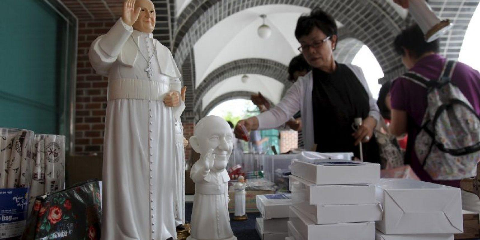 En el Vaticano se venden infinidad de recuerdos del Pontífice. Foto:Getty Images