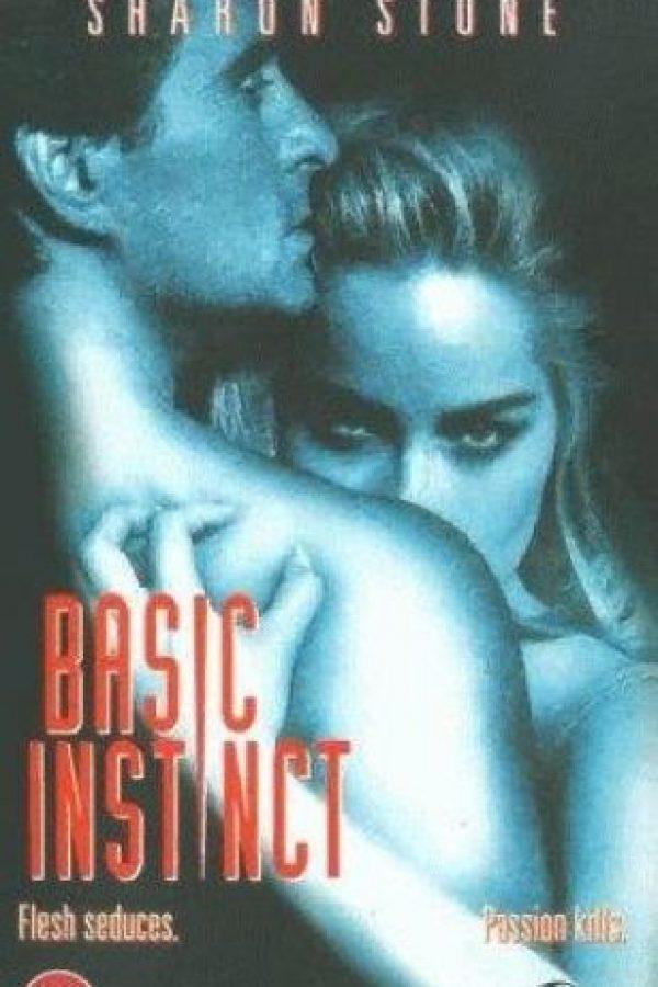 Catherine Tramell (Sharon Stone) es una escritora bisexual, toda la gente que la rodea muere y el agente Nick Curran (Michael Douglas) es el encargado de averiguar la razón. En el proceso ambos se enamoran y protagoniza una serie de intensos encuentros sexuales. Foto:IMDB