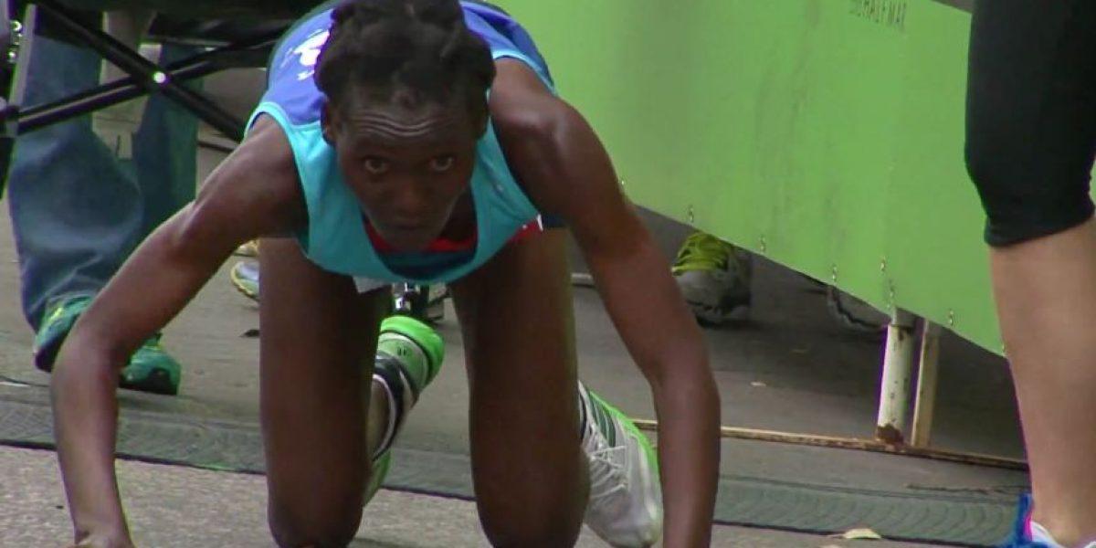 VIDEO. En forma increíble una corredora termina de rodillas un maratón