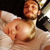 Carroll durmiendo con su sobrino. Foto:instagram.com/andytcarroll