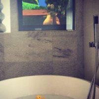 Diversión en el cuarto de baño. Foto:instagram.com/andytcarroll