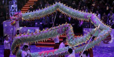 Los castillos de fuegos artificiales iluminaron la velada del Año Nuevo Chino. Foto:AP