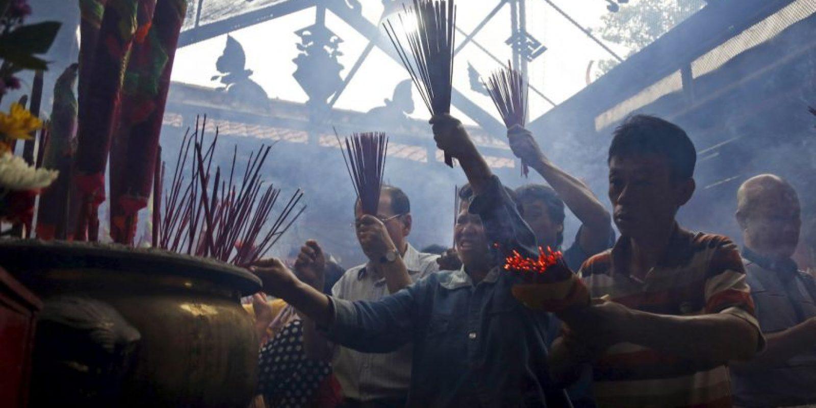 La tradición es encender infinidad de fuegos artificiales. Foto:AP