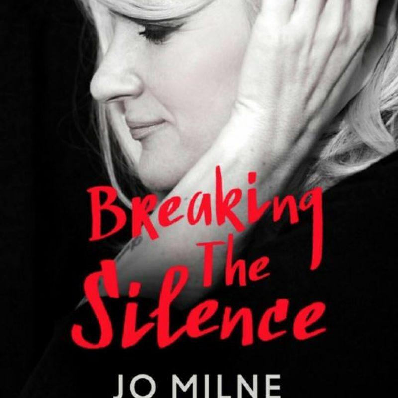 """Esta vez lanza un libro que se llama """"Rompiendo el Silencio"""", donde cuenta cómo ha sido oír lo que pasa en el mundo por primera vez. Foto:Youtube"""