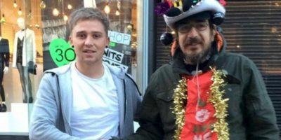 Lee Houghton se hizo amigo de este mendigo, al que le daba café y rosquillas todas las mañanas. Foto:Twitter