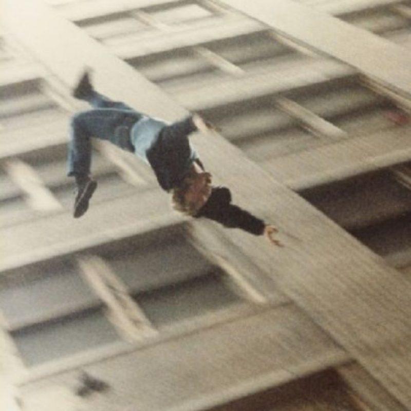 Gary Hoy apostó con sus amigos, en 1993, que un vidrio blindado no se rompería si se estrellaba con su cuerpo. Pero él cayó al vacío. Foto:Getty Images