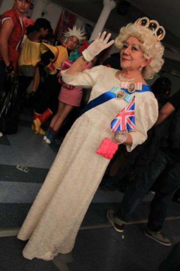 Aquí, Rosy como la Reina Isabel. Foto:Rosy Durán/Facebook