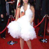 """Este es un clásico de los malos vestidos. Björk y su cisne muerto colgado. Es tan popular que tiene artículo propio en Wikipedia y se burlaron de él en """"¿Y dónde están las rubias?"""" (White Chicks) Foto:Getty Images"""
