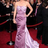 Los dos rollos de canela en un buen vestido. No es cierto, Charlize Theron. Foto:Getty Images