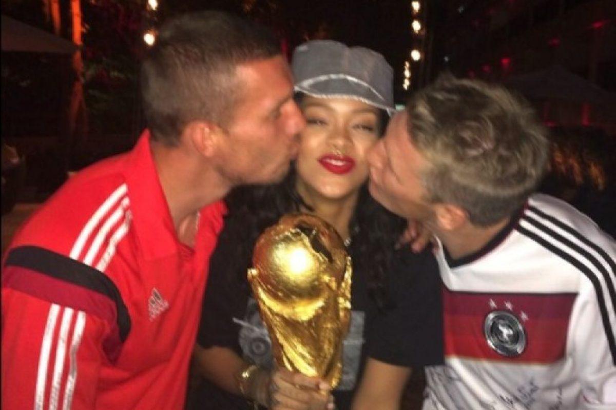 27.- Porque sin jugar fútbol ella puede tener en sus manos la famosa Copa del Mundo Foto:Twitter/rihanna