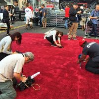 Posteriormente, los encargados aspiran y fijan la tela al suelo. Foto:Instagram/theacademy