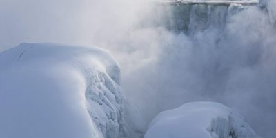 Increíble espectáculo natural: Las cataratas del Niágara se congelan