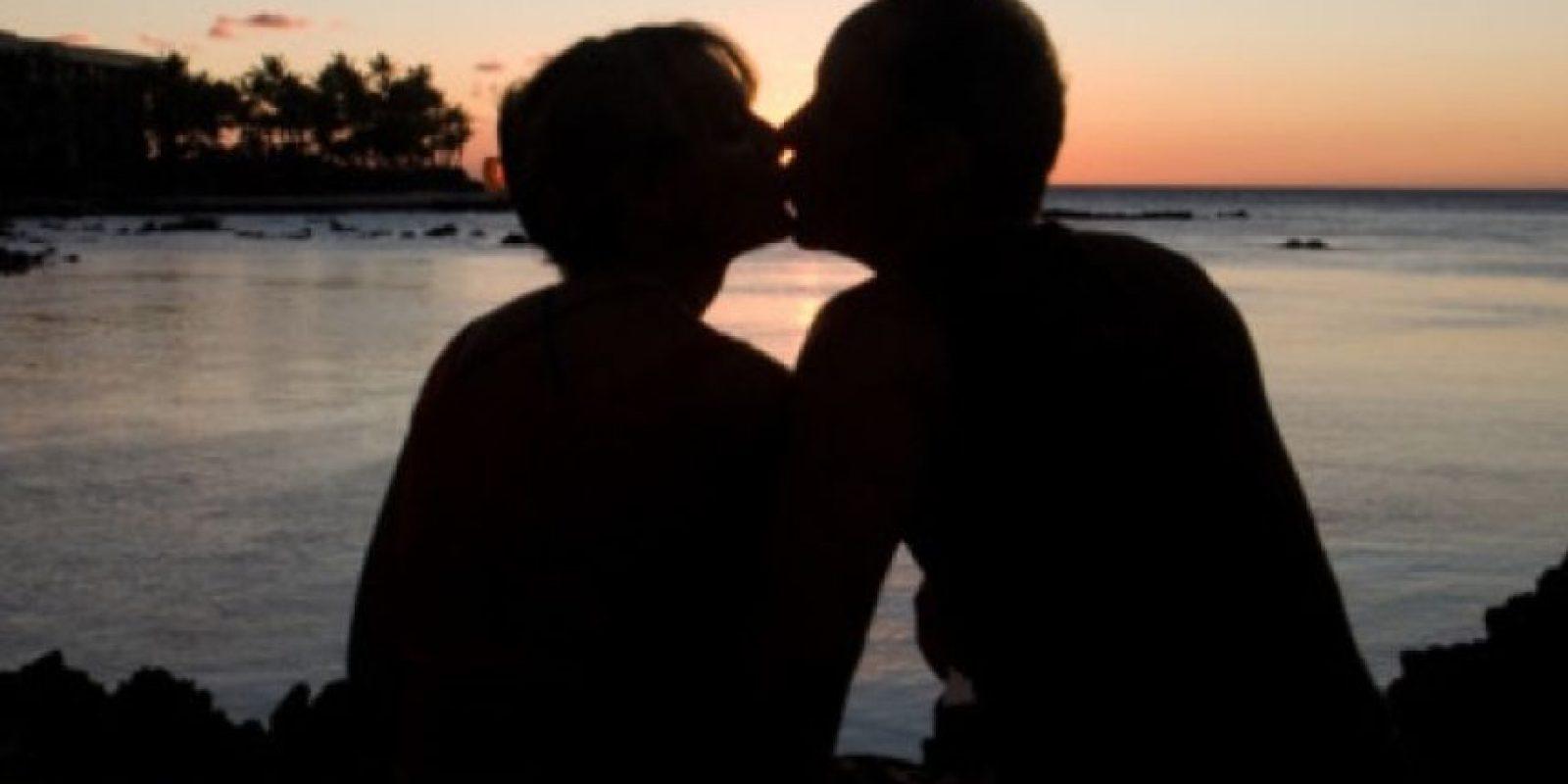 4. Se lame los labios de manera linda (no espeluznante). Cuando nos sentimos atraídos por alguien, producimos saliva extra. Foto:Pinterest