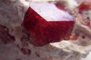 Un cristal granate es lo más recomendable para ti. Foto:Wikimedia