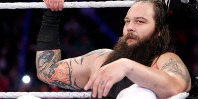 Incluso se ve armando un ataúd, el símbolo de Taker Foto:WWE