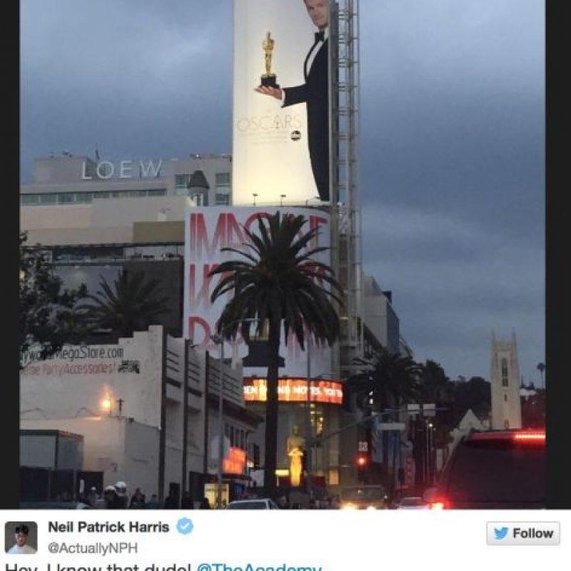 Neil Patrick Harris mira uno de los carteles de los Oscar Foto:Twitter/Neil Patrick Harris