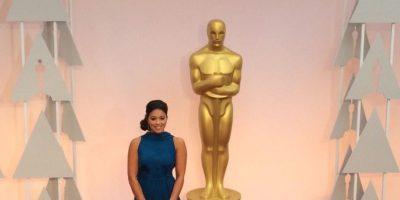 Gina Rodríguez, en un vestido azul marino que le suma años. Foto:Getty Images