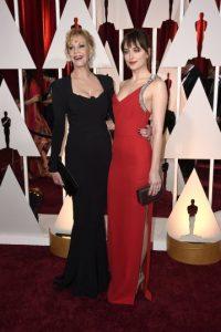 Johnson llegó junto a su madre, la también actriz Melanie Griffith Foto:Getty Images