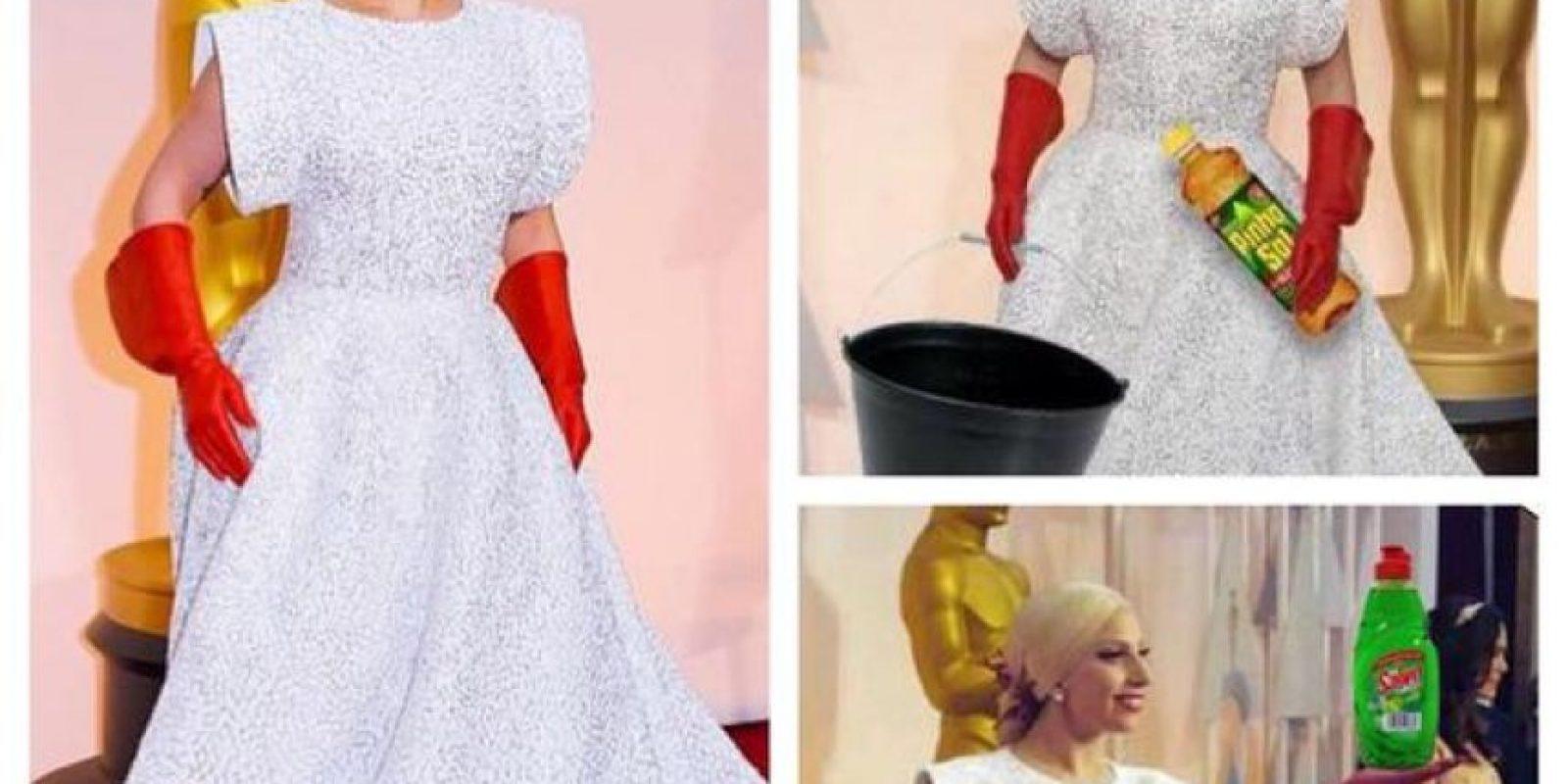 Los memes no perdonaron los guantes rojos de Lady Gaga