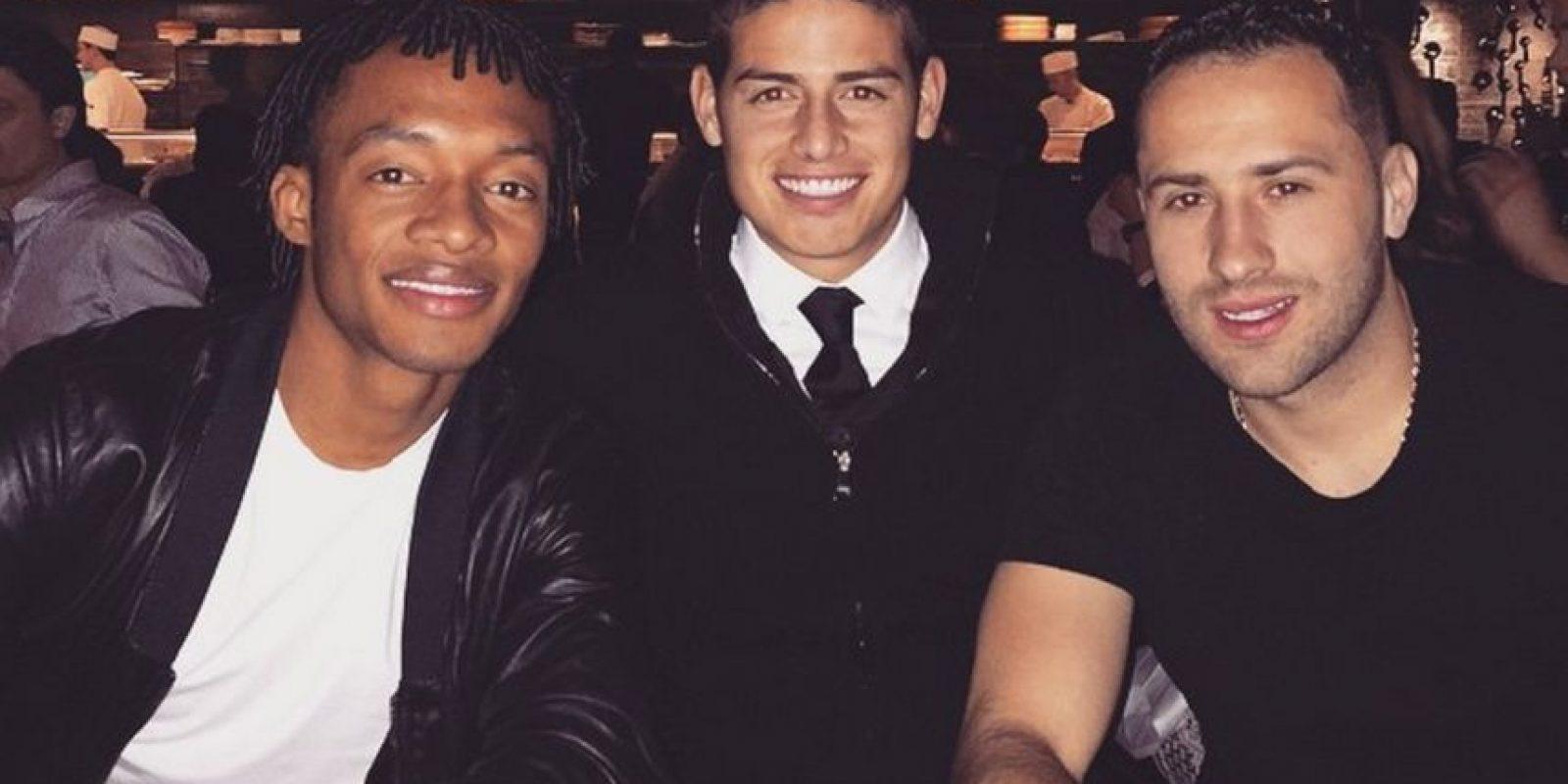 También comparte momentos con sus amigos. En la imagen aparece junto a Juan Cuadrado y David Ospina Foto:Instagram: @jamesrodriguez10