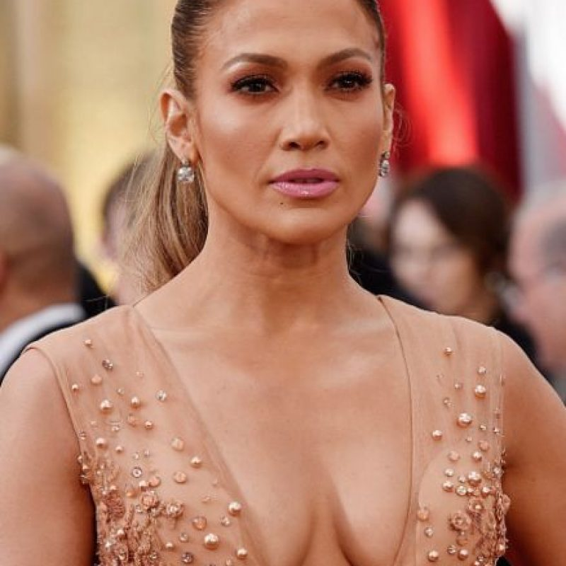 Y a pesar de verse hermosa en su Elie Saab, a Jennifer López le pasó. Foto:Getty Images