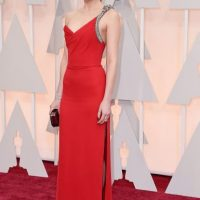 Dakota Johnson, con un YSL perfecto. Mal peinado. Foto: Getty Images