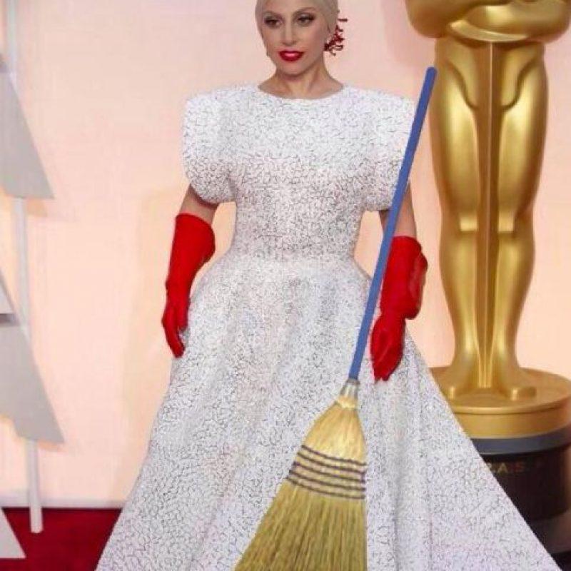 Se burlaron del peinado de Kelly Osbourne, el vestido de la presentadora Sonia Monroy, el talle bajo de Marion Cotillard y por supuesto, los guantes de limpieza de Lady Gaga Foto:Twitter