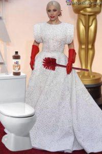 Los memes no perdonaron los guantes rojos de Lady Gaga Foto:Twitter