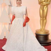 NOPE. NOPE, Lady Gaga. Te conocemos, pero preferimos el vestido de carne a tus guantes de Superman. Foto:Getty Images