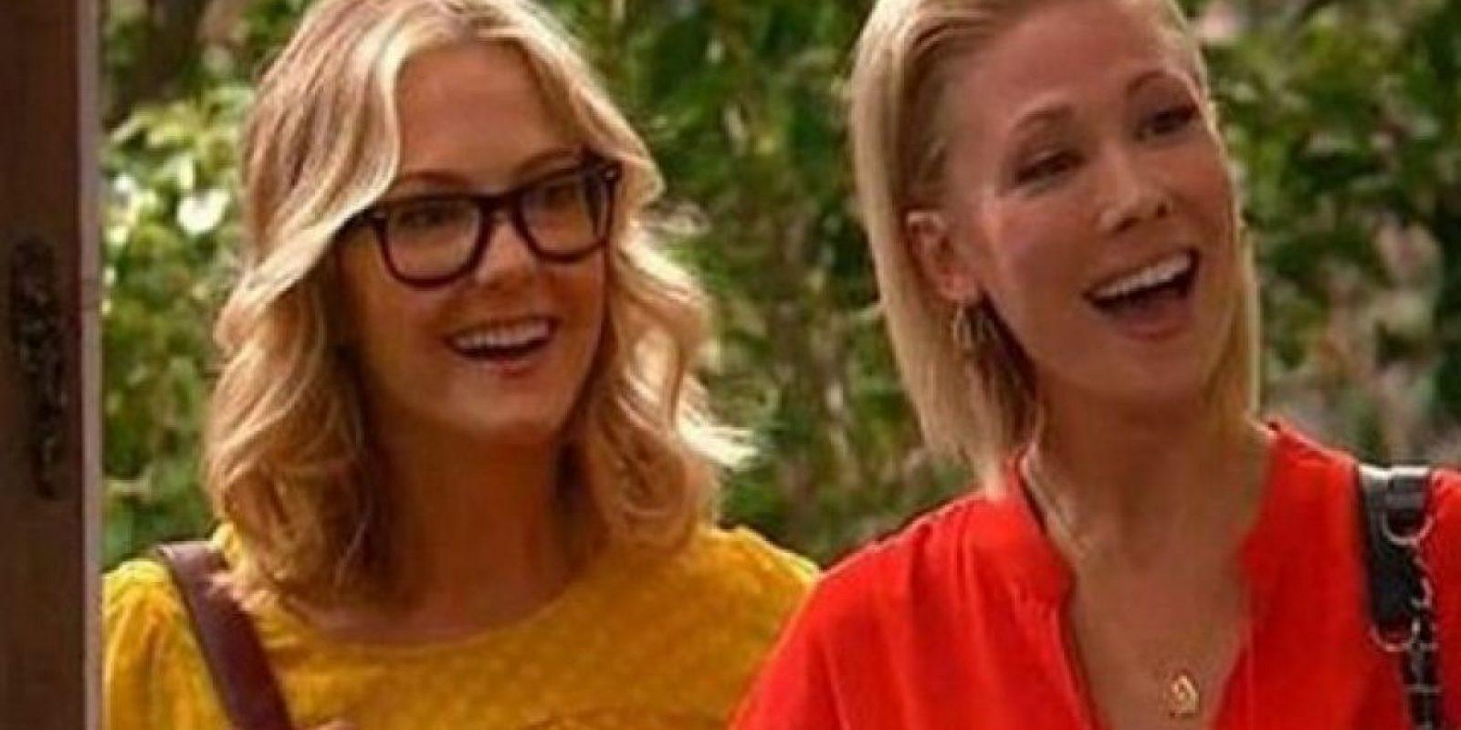 """Cheryl y Susan, quienes se convirtieron en la primera pareja del mismo sexo en aparecer en Disney, en la serie """"Buena Suerte Charlie"""" Foto:Disney"""