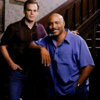 """David (Michael C. Hall) y Keith (Mathew St. Patrick) vivían una sólida relación en la serie de HBO """"Six Feet Under"""". El primero era parte de la familia Fisher, que poseía una empresa funeraria en Los Ángeles. Keith por su parte era agente del orden Foto:Actual Size Films"""