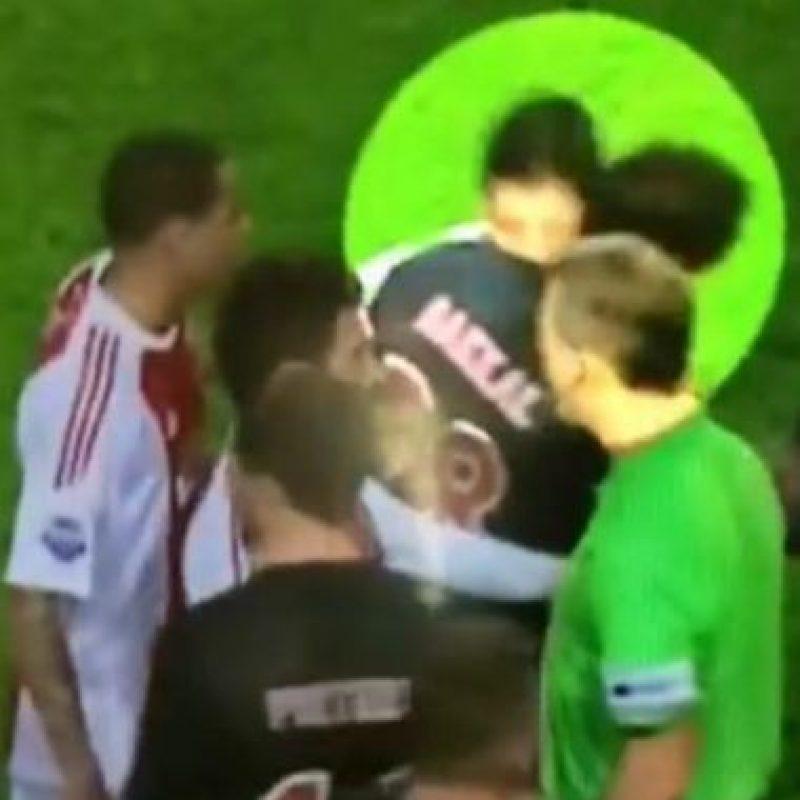 Mientras militaba en el Ajax, en 2010 mordió al holandés Otman Bakkal. Foto:Vine
