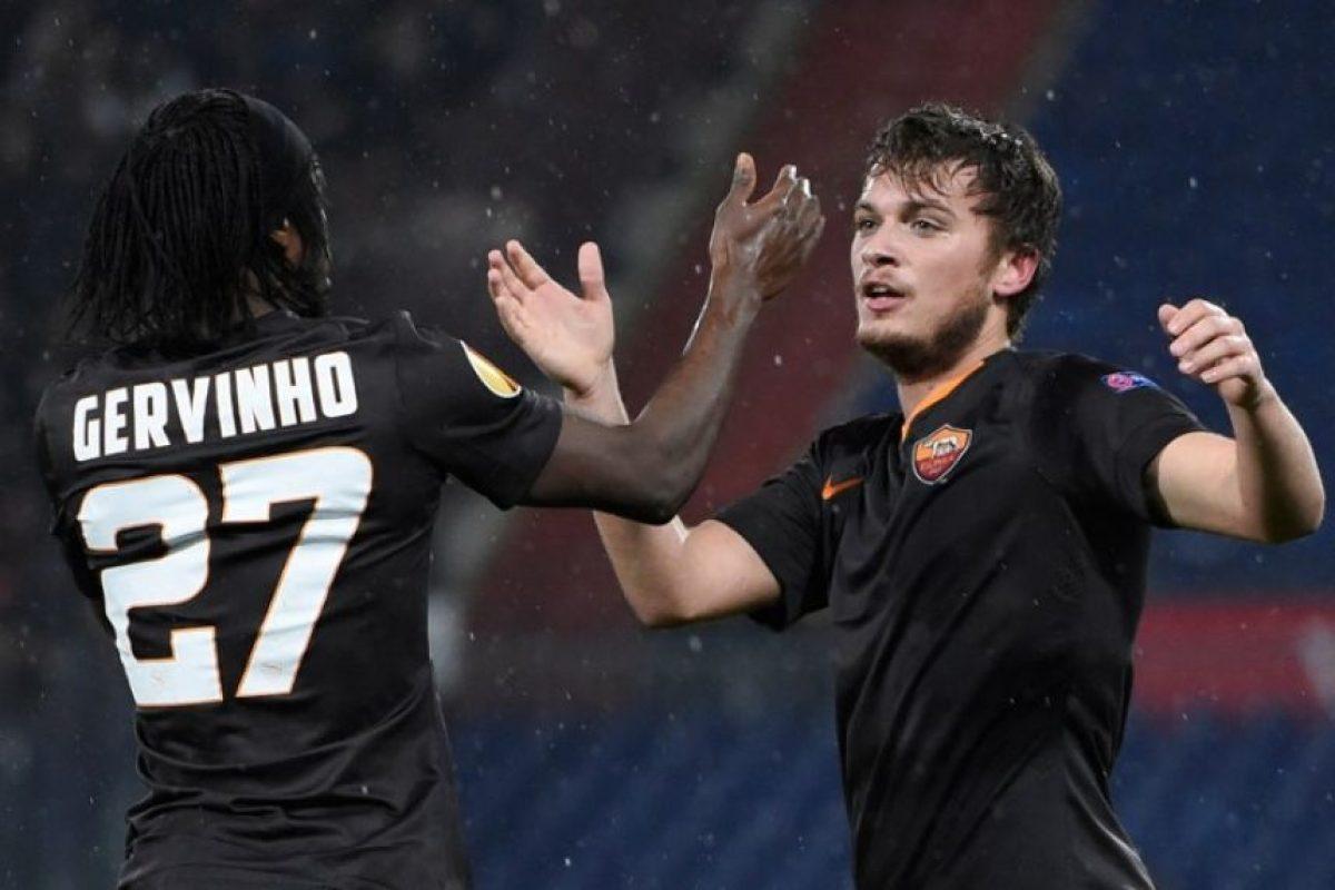 Un grupo de aficionados le lanzó un banano inflable al jugador de la Roma quien luego le anotó un gol al Feyenoord. Foto:AFP