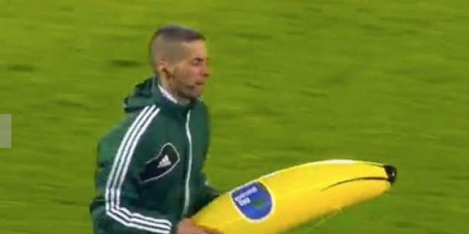 Un grupo de aficionados le lanzó un banano inflable al jugador de la Roma quien luego le anotó un gol al Feyenoord. Foto:Publinews