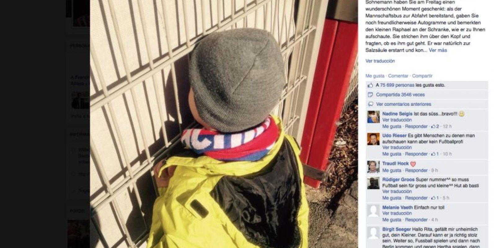 El futbolista alemán alentó al pequeño seguidor a seguir con su aseo personal. Foto:Publinews