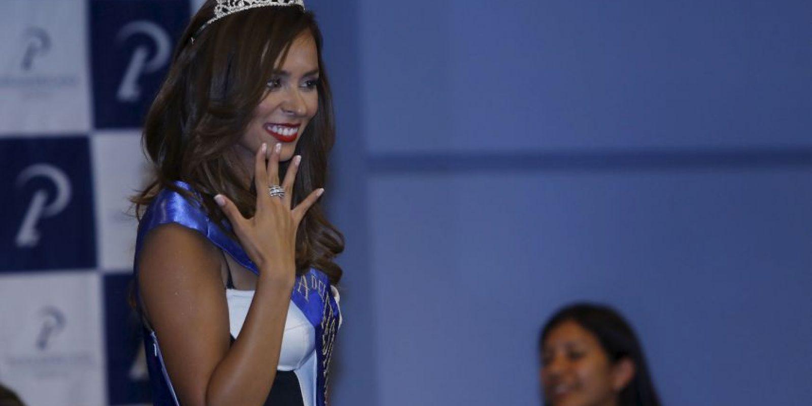 La reina Jhendelyn Núñez posa con us corona y el anillo que recibe la ganadora Foto:Gentileza