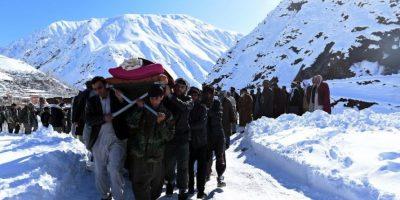Hombres de Afganistán trasladan el cuerpo de una víctima de la avalancha que sacudió a Kabul el 26 de febrero Foto:AFP