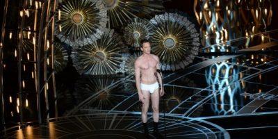 """Neil Patrick Harris hace una parodia de la película """"Birdman"""" durante la entrega 87 de los Premios Oscar, de la que fue anfitrión. Foto:AFP"""