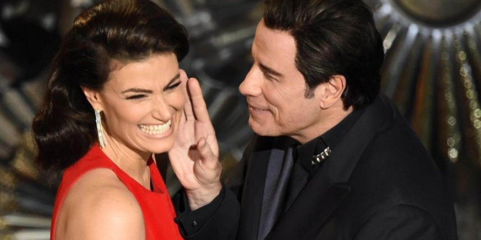 """John Travolta e Idina Menzel en el escenario del Teatro Dolby, en la presentación de los Premios Oscar. Travolta pronunció mal el nombre de Menzel durante la ceremonia de 2014 y este año fue la """"venganza"""" de Idina Foto:AFP"""