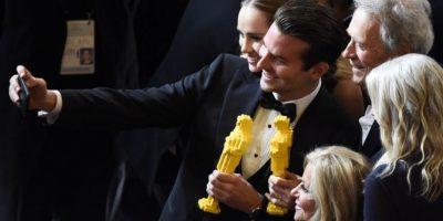 Bradley Cooper y Clint Eastwood posan para una selfie con Oscars hechos con Lego Foto:AFP