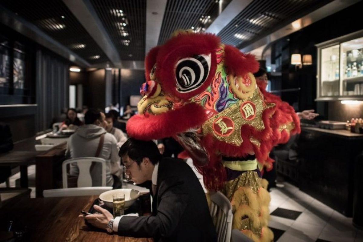 Un artista disfrazado de león continúa las celebraciones del Año de la Cabra, el cual inició el 19 de febrero Foto:AFP