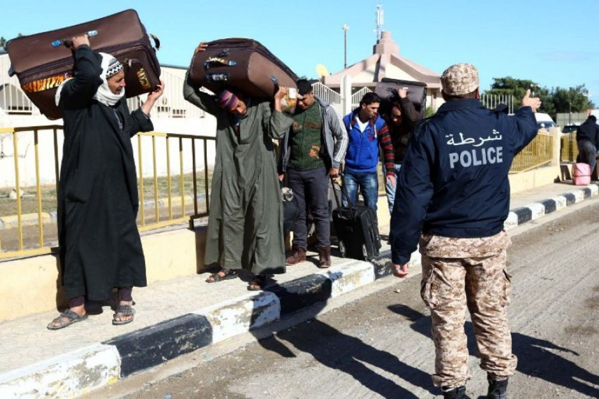 Egipcios atraviesan hacia Libia, desplazados por la violencia de militantes de Estado Islámico Foto:AFP